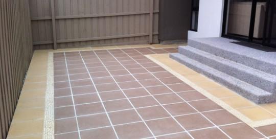 small courtyard square paving pavers steps pebble patios