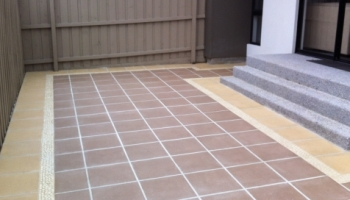 small courtyard square paving pavers steps pebble patios